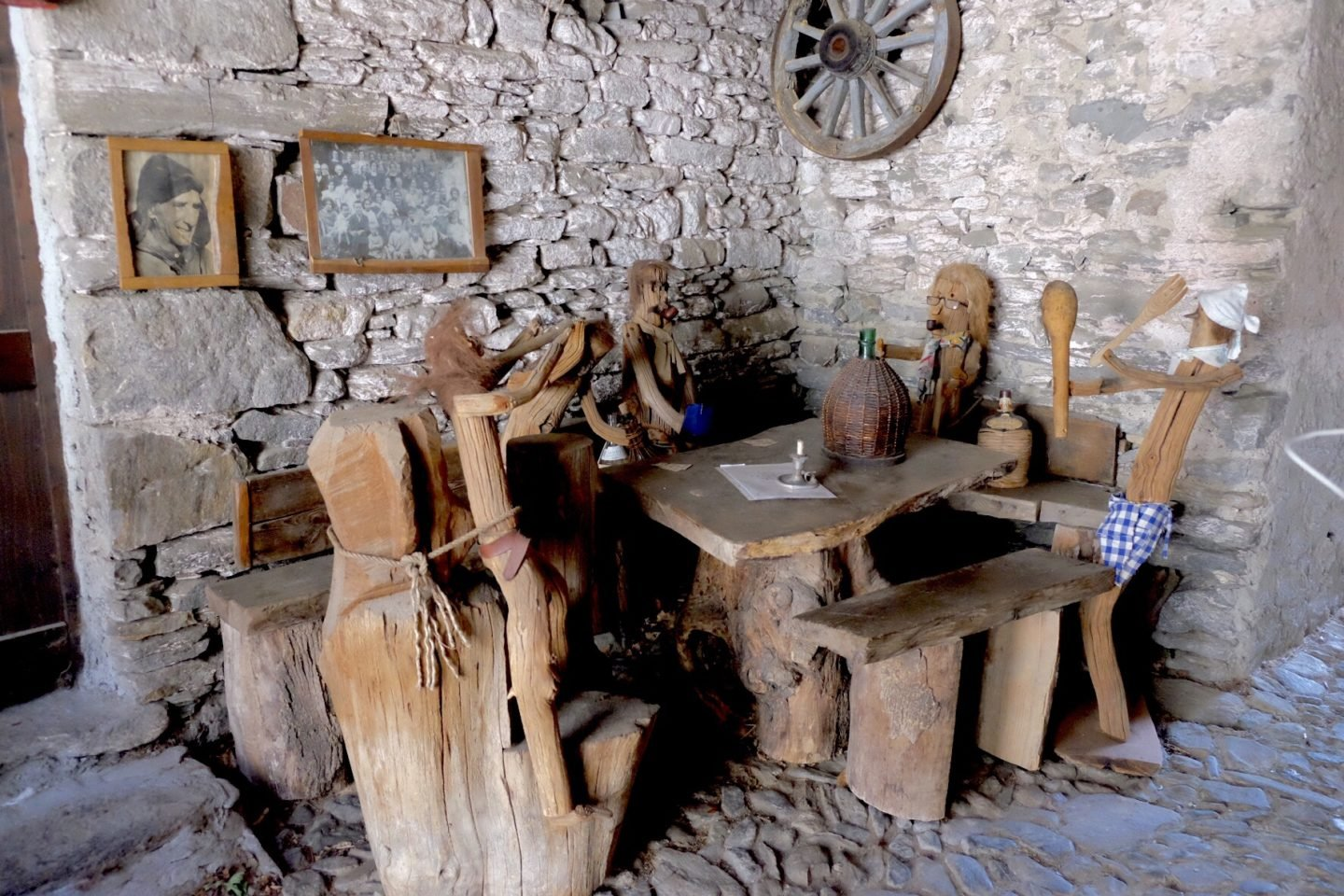 Wooden people having dinner in Musignano