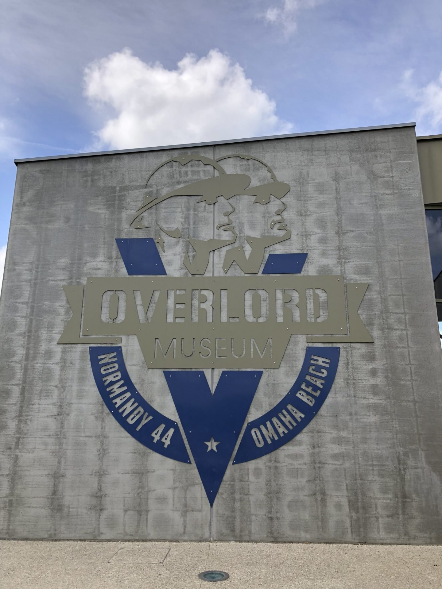 The Overlord museum is directly opposite the site of the Normandy American Cemetery. It contains a large collection of tanks, aircraft and smaller items. The collection of Michel Leloup was largely found on Normandy soil and took around 40 years to collect.