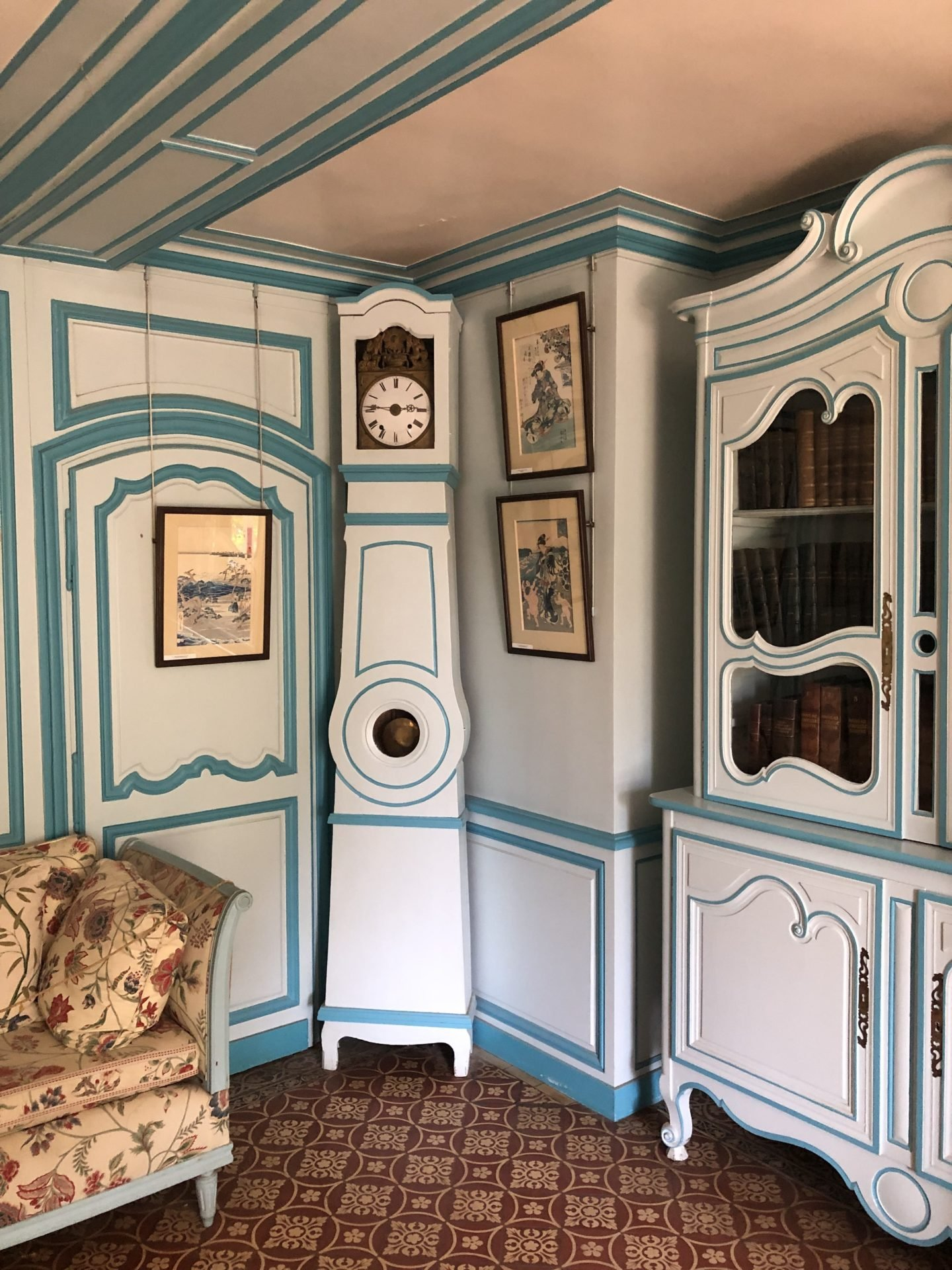 The blue Japanese sitting room of Claude Monet's home