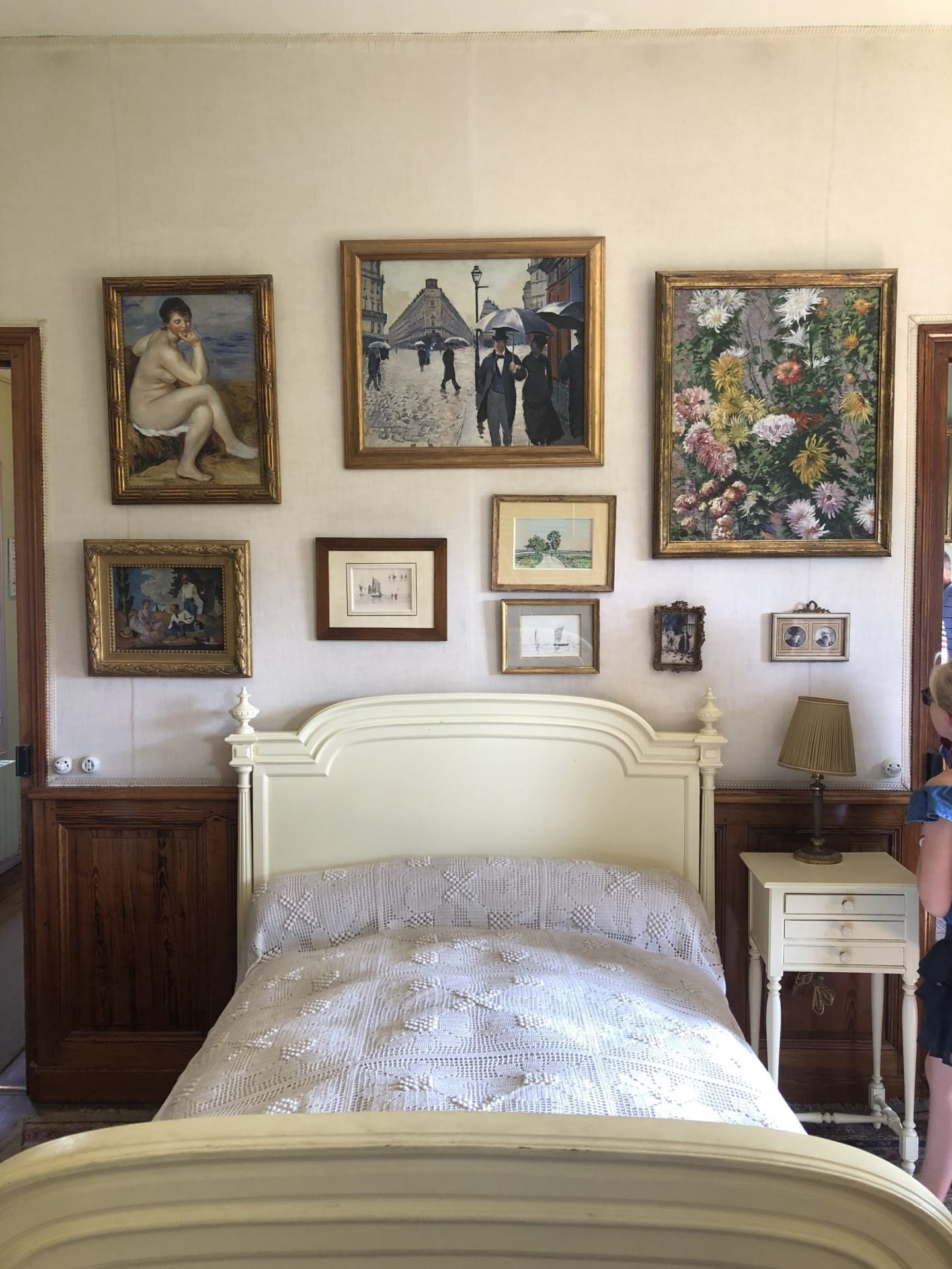 On the first floor above the studio we find the private apartments and Monets bedroom. This room has been reconstructed from original photos and looks pretty much as it did when claude was alive.